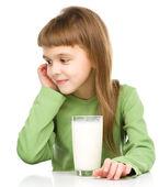 Söt liten flicka med ett glas mjölk — Stockfoto