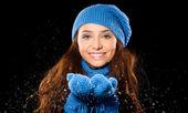 Mladá šťastná žena za sněžení — Stock fotografie
