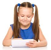 Młoda dziewczyna jest za pomocą tabletu — Zdjęcie stockowe