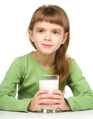 Cute little girl with a glass of milk — 图库照片