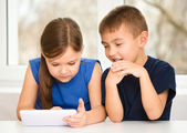 Children are using tablet — Foto Stock
