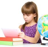 Ung flicka använder tablet — Stockfoto