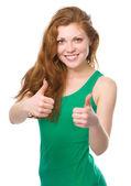 Femme montre pouce vers le haut de geste — Photo