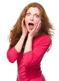 Femme tient son visage dans l'étonnement — Photo
