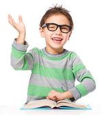 小さな男の子は本を読んでいます。 — ストック写真