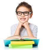 Petit garçon lit un livre — Photo