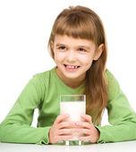 Jolie petite fille avec un verre de lait — Photo