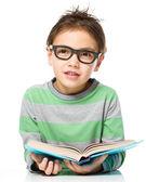 Garotinho está lendo um livro — Foto Stock