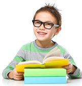 Mały chłopiec jest czytanie książek — Zdjęcie stockowe