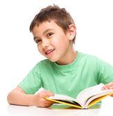 Menino brinca com o livro — Fotografia Stock