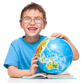 Little boy is examining globe — Foto de Stock