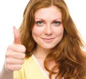 Mujer está mostrando el dedo en el gesto — Foto de Stock