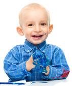 Kleine jongen speelt met verf — Stockfoto