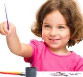 Klein meisje is schilderen met gouache — Stockfoto