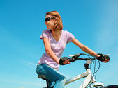 Jovem está sentado em sua bicicleta — Foto Stock