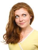 Jovem mulher feliz é olhando para cima e sorri — Foto Stock