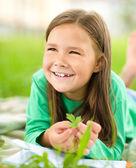 Portrét holčičky na zelené trávě — Stock fotografie
