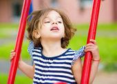 šťastná dívka se obrací na hřišti — Stock fotografie