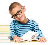 Liten pojke läser en bok — Stockfoto