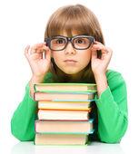 Liten flicka läser en bok — Stockfoto