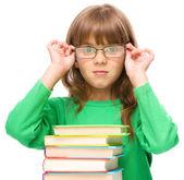 小女孩读一本书 — 图库照片