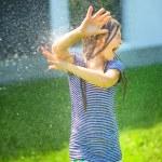 chica feliz está jugando bajo la lluvia — Foto Stock #51473355