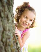 Sevimli küçük kız ve seek gizle oynuyor — Stok fotoğraf