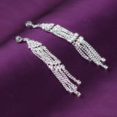Earrings on purple background — 图库照片