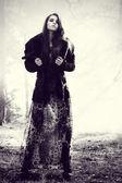 Mujer en bosque de niebla — Foto de Stock
