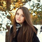 Hermosa chica en bosque de invierno — Foto de Stock