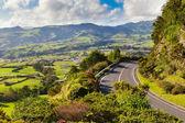 Luchtfoto nederzetting en velden in de buurt van bergen — Stockfoto
