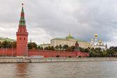 查看到莫斯科克里姆林宫从 sofiyskaya 路堤在河下黑厚厚的云层,俄罗斯联邦 — 图库照片