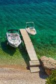 站在明亮的阳光下木码头的空船 — 图库照片