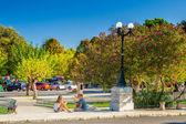 Yerli halk ve turistler platia leonida vlachou parkı — Stok fotoğraf