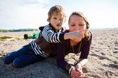 Madre e figlio in spiaggia. — Foto Stock