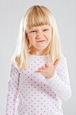 Chica joven con una sonrisa divertida — Foto de Stock