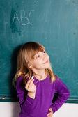 Jeune fille et tableau noir avec les lettres — Photo