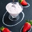 Strawberry ice cream and whole strawberries — Stock Photo