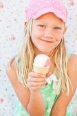 Młoda dziewczyna gospodarstwa lody — Zdjęcie stockowe
