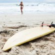 Surfboard in sand on beach — Stock Photo
