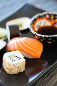 寿司プレートも醤油添え — ストック写真