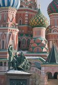 St. Basil's Cathedral and the monument to Minin and Pozharsky — Stock Photo