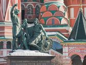 Monument to Minin and Pozharsky at the walls of the Cathedral St. Basil — Stock Photo