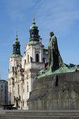 Jan Hus Memorial on Old Town Square , Stare Mesto view, Prague, Czech Republic — Stock Photo