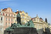 Jan Hus Memorial on Old Town Square , Stare Mesto view, Prague, Czech Republic — Stock Photo