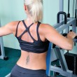 Beautiful muscular woman exercise in a gym — ストック写真