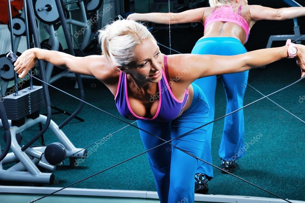 Beautiful muscular woman exercise in a gym — Stock Photo #12877681