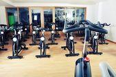 Grupo de bicicletas de spinning en el gimnasio — Foto de Stock