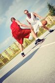 在法庭上的两个篮球运动员。 — 图库照片