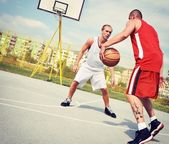 Two basketball players on the court — 图库照片